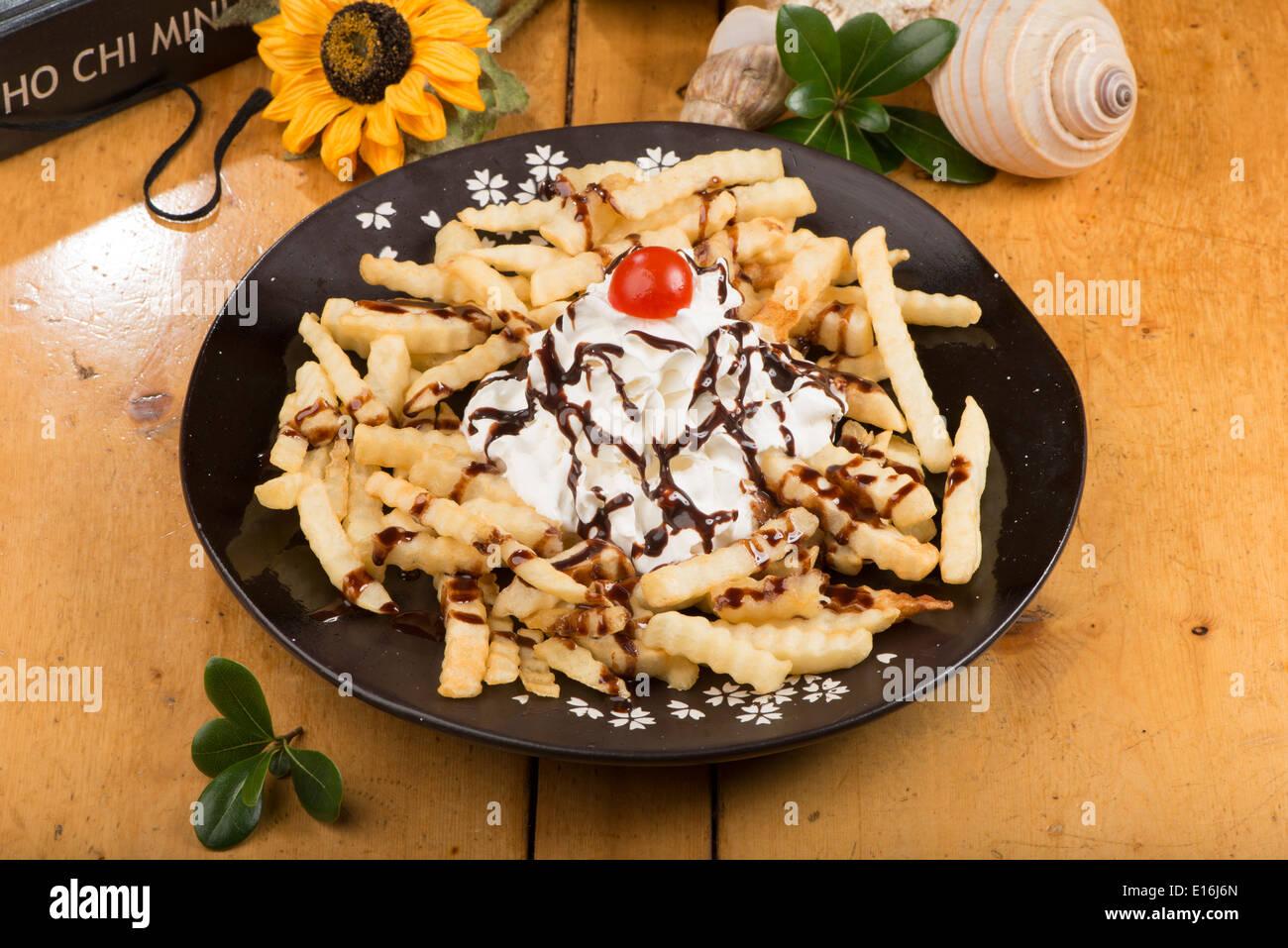 Croustilles de pommes de terre avec la crème fraîche et le sirop de chocolat, Chungju Corée Photo Stock