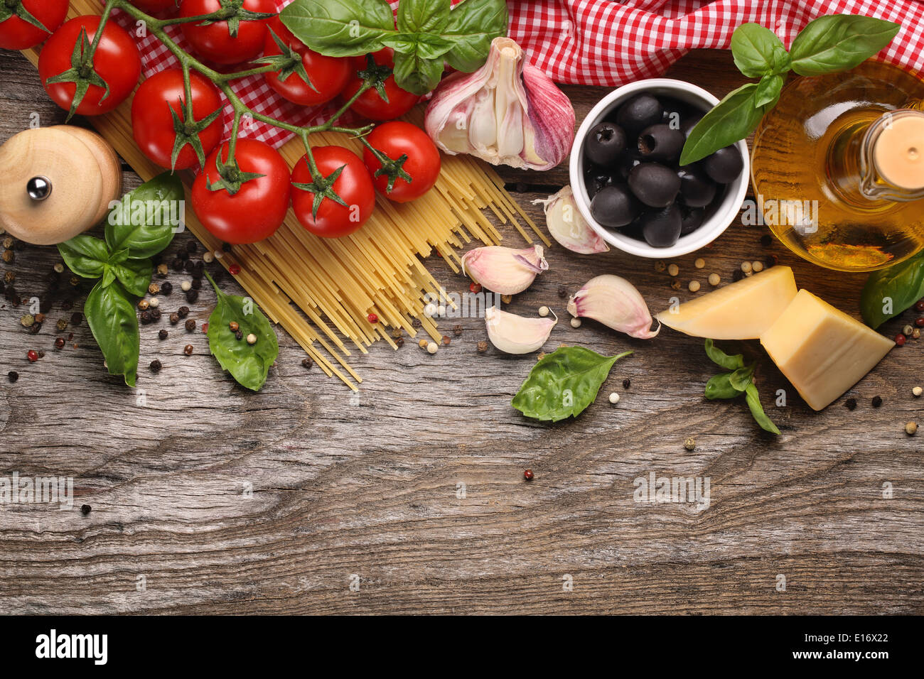 Ingrédients alimentaires italiennes sur fond de bois Photo Stock