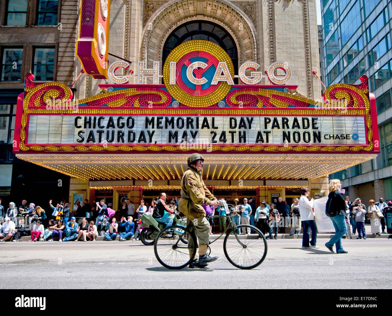 Un ancien combattant de la DEUXIÈME GUERRE MONDIALE en uniforme une bicyclette passé le théâtre de Chicago pendant un jour commémoratif défilé dans State Street 24 mai 2014 à Chicago, Illinois. Photo Stock
