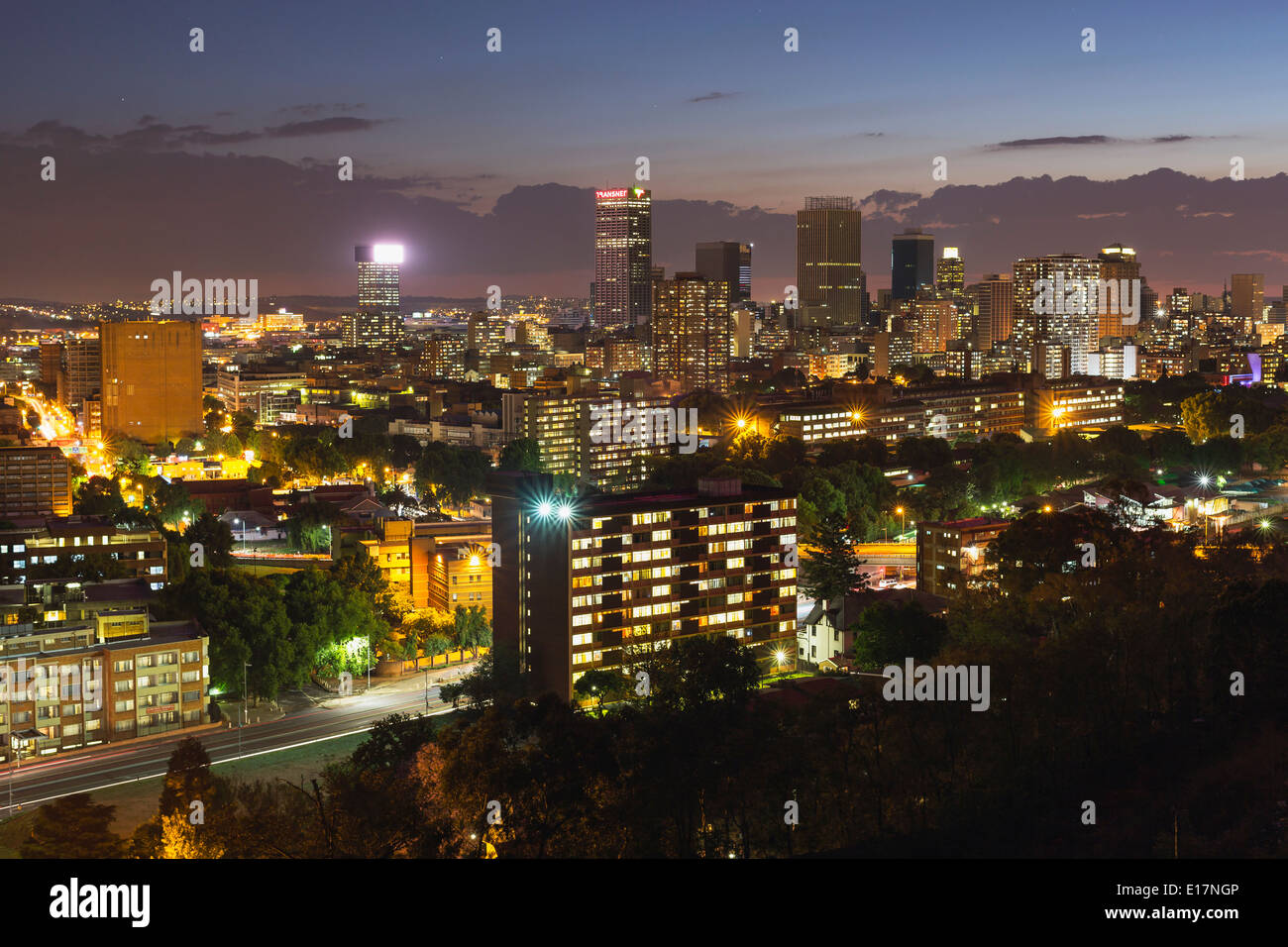 Quartier central des affaires de Johannesburg dans la nuit. L'Afrique du Sud Banque D'Images