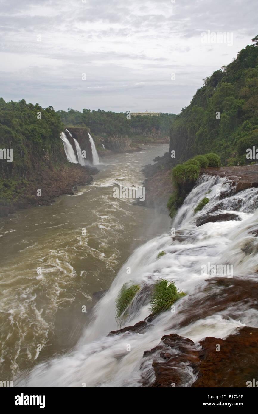 Cascades et rivière Iguazu, Parc National de l'Iguazu, Brésil Banque D'Images