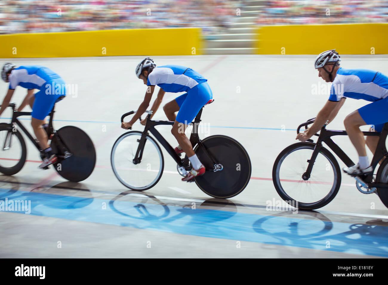 L'équipe de cyclisme sur piste vélodrome en équitation Photo Stock