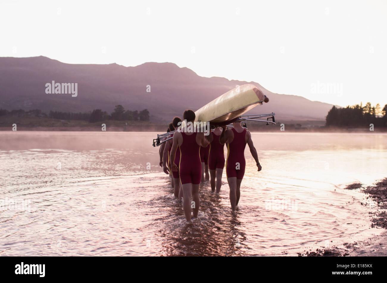 L'exécution de l'équipe d'aviron de godille dans le lac Banque D'Images