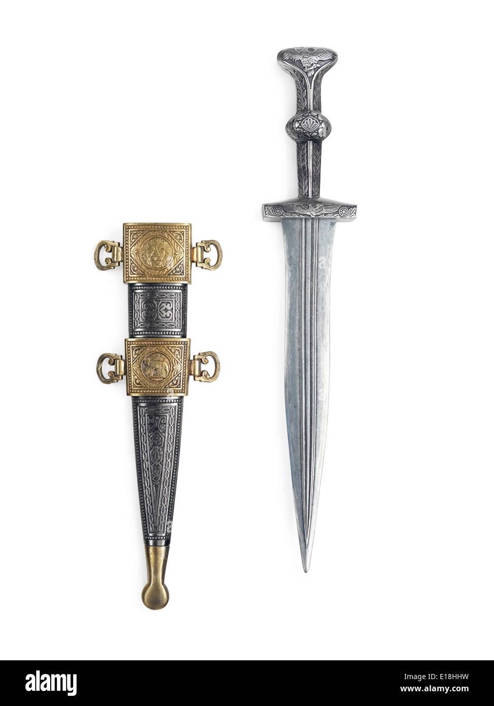 Romain antique épée courte dague et fourreau isolé sur fond blanc avec clipping path Photo Stock