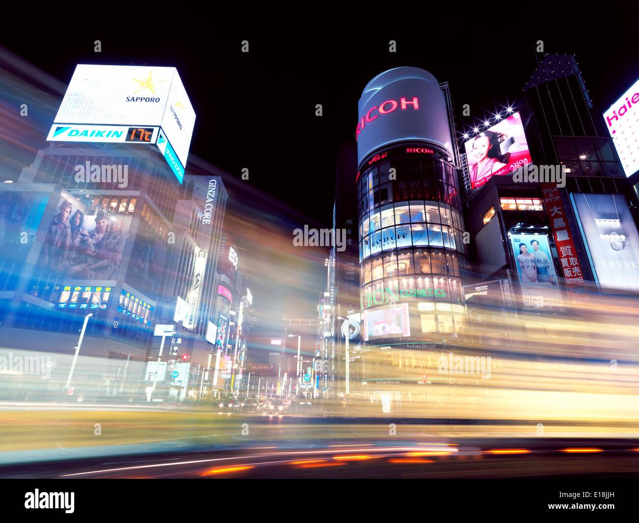 Ville colorée des sentiers de feux de circulation à l'intersection de Harumi Dori Dori et Chou paysage de nuit. Ginza, Tokyo, Japon 2014. Photo Stock