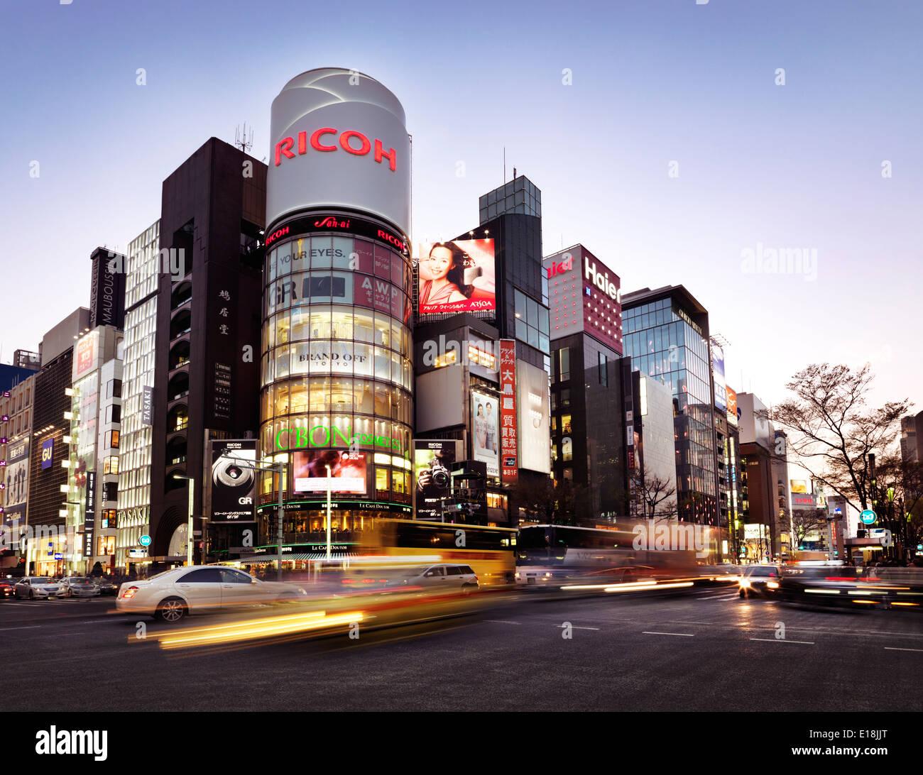 Le trafic de la ville durant les heures de pointe à l'intersection de Harumi Dori et Chou Dori crépuscule ville. Ginza, Tokyo, Japon 2014. Photo Stock