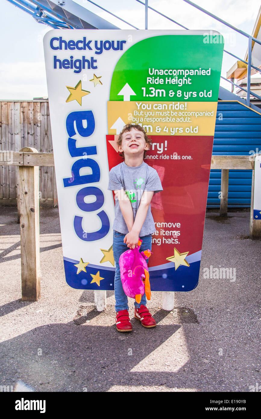Vérifiez votre taille signe, Paultons Park, Southampton, Angleterre, Royaume-Uni. Photo Stock