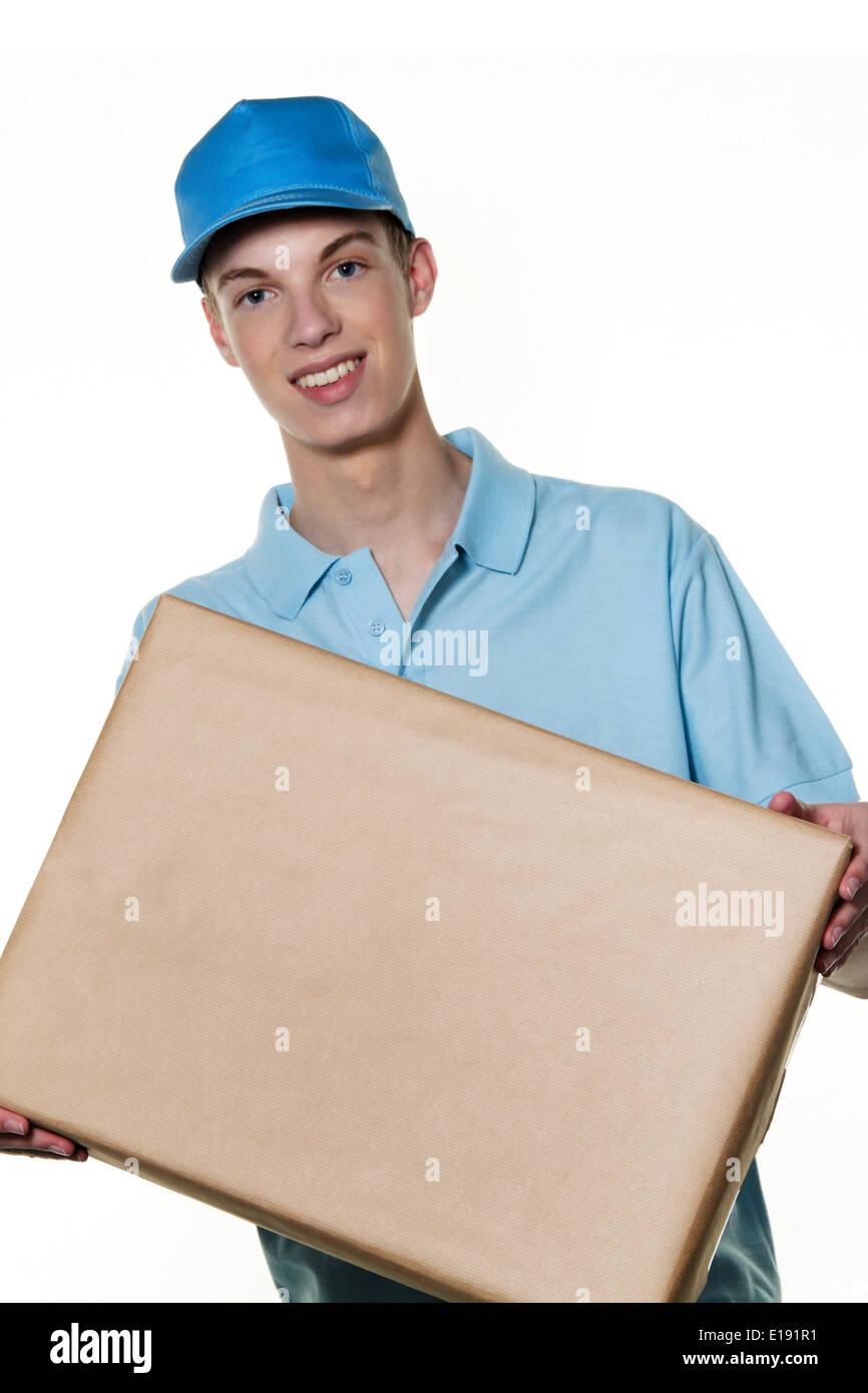Ein junger Mann von Botendienst bringt ein Paket Banque D'Images