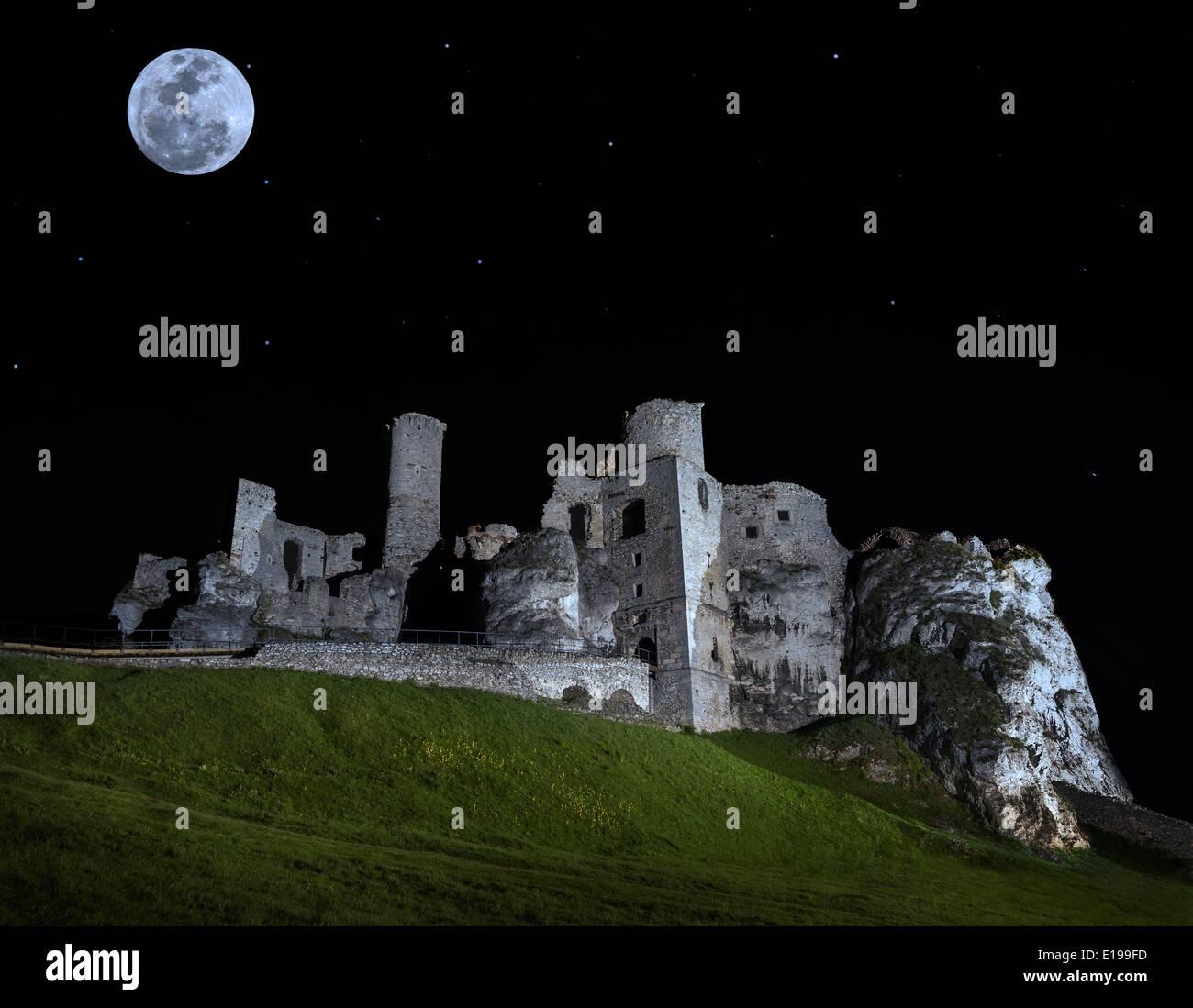 Pleine lune au-dessus de ruines du château d'Ogrodzieniec,, en Pologne. Photo Stock