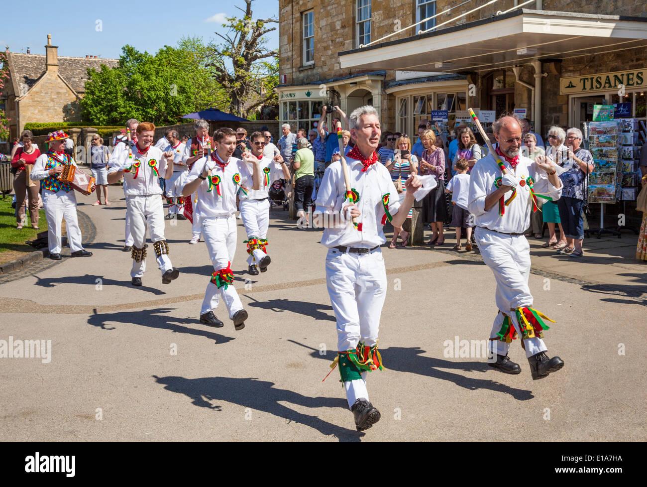 La danse Morris dans le village de Broadway, les Cotswolds, Worcestershire, Angleterre, Royaume-Uni, l'Union européenne, Banque D'Images