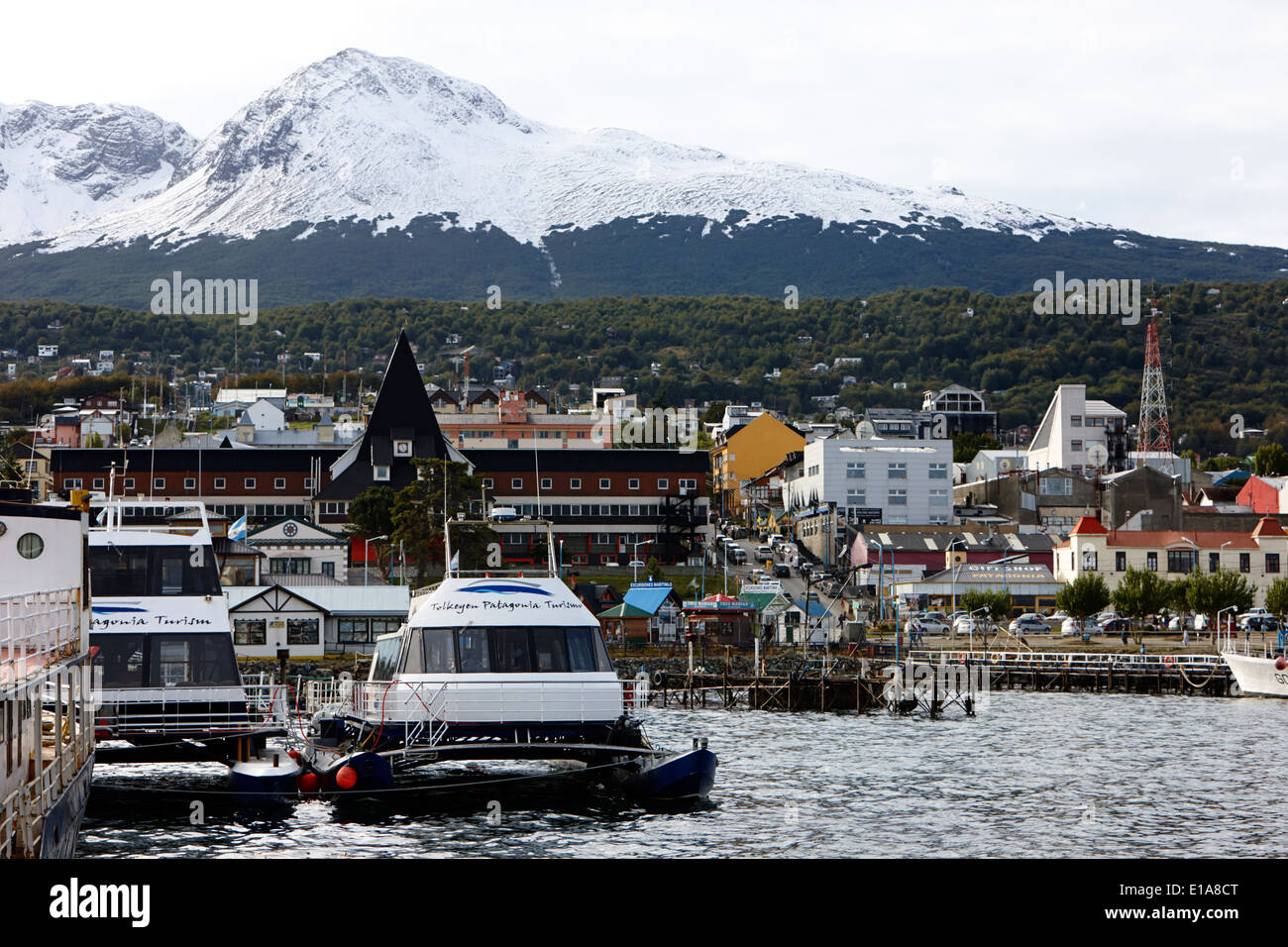 Port d'Ushuaïa avec croisière touristique et bateaux court voyage Argentine Photo Stock