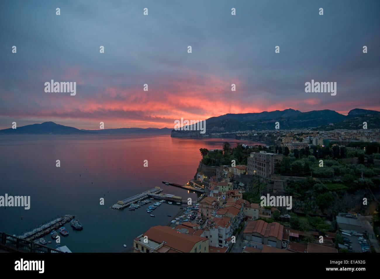 Un lever du soleil avec le Red sky plus de Sorrente, la baie de Naples et le Vésuve, un volcan actif, Italie Photo Stock