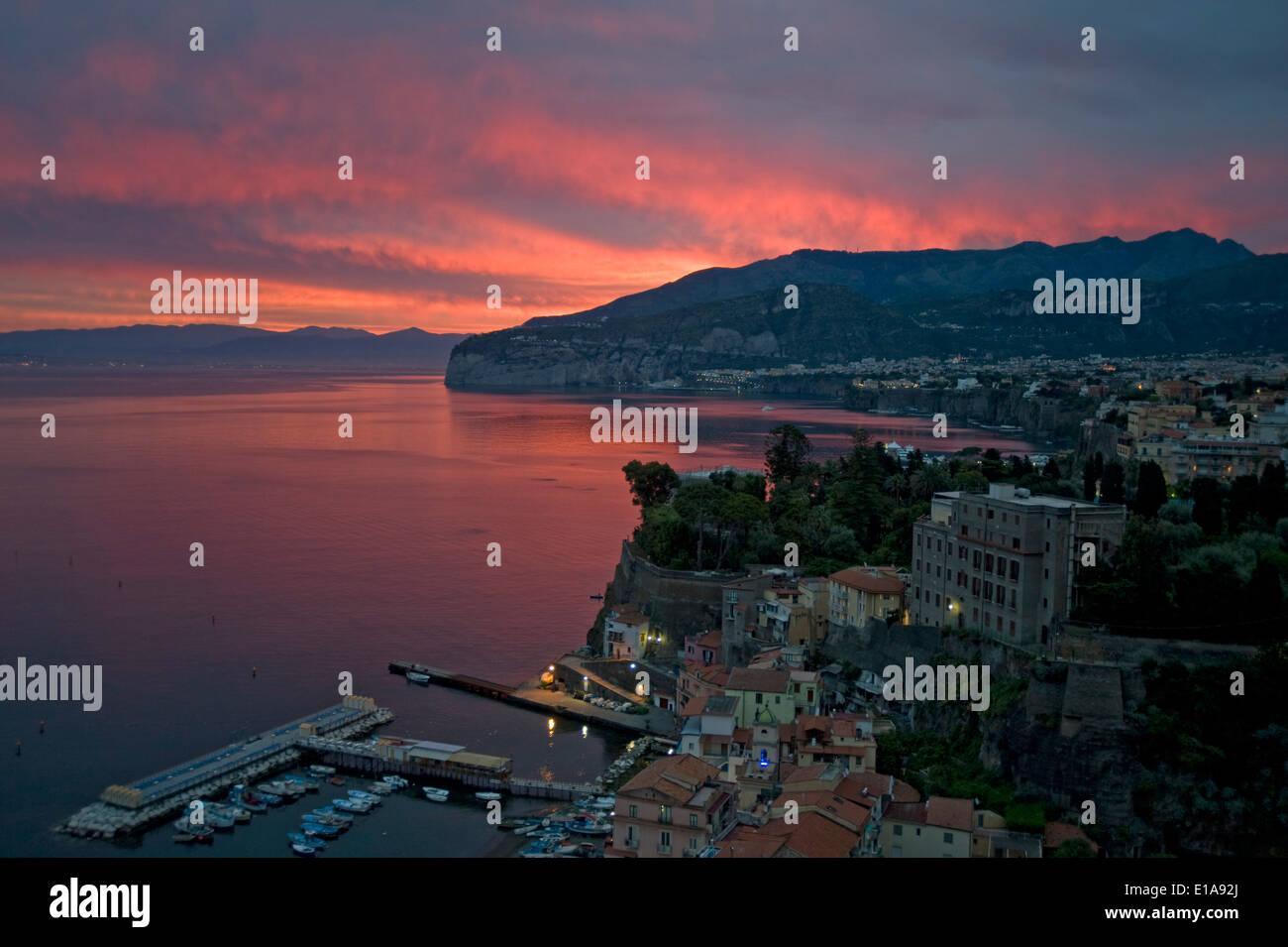 Un lever du soleil avec le Red sky plus de Sorrente, la baie de Naples, Italie Photo Stock