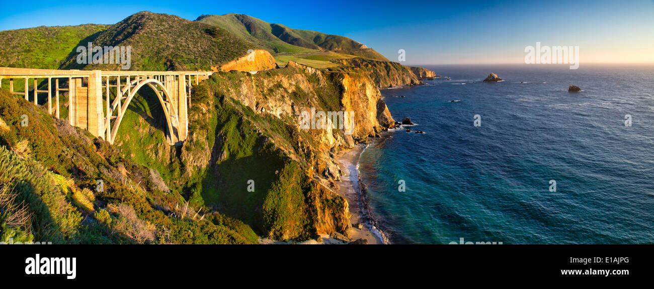 Vue panoramique de la côte de Big Sur à l'Bixby Creek Bridge, le comté de Monterey, Californie, États-Unis. Photo Stock