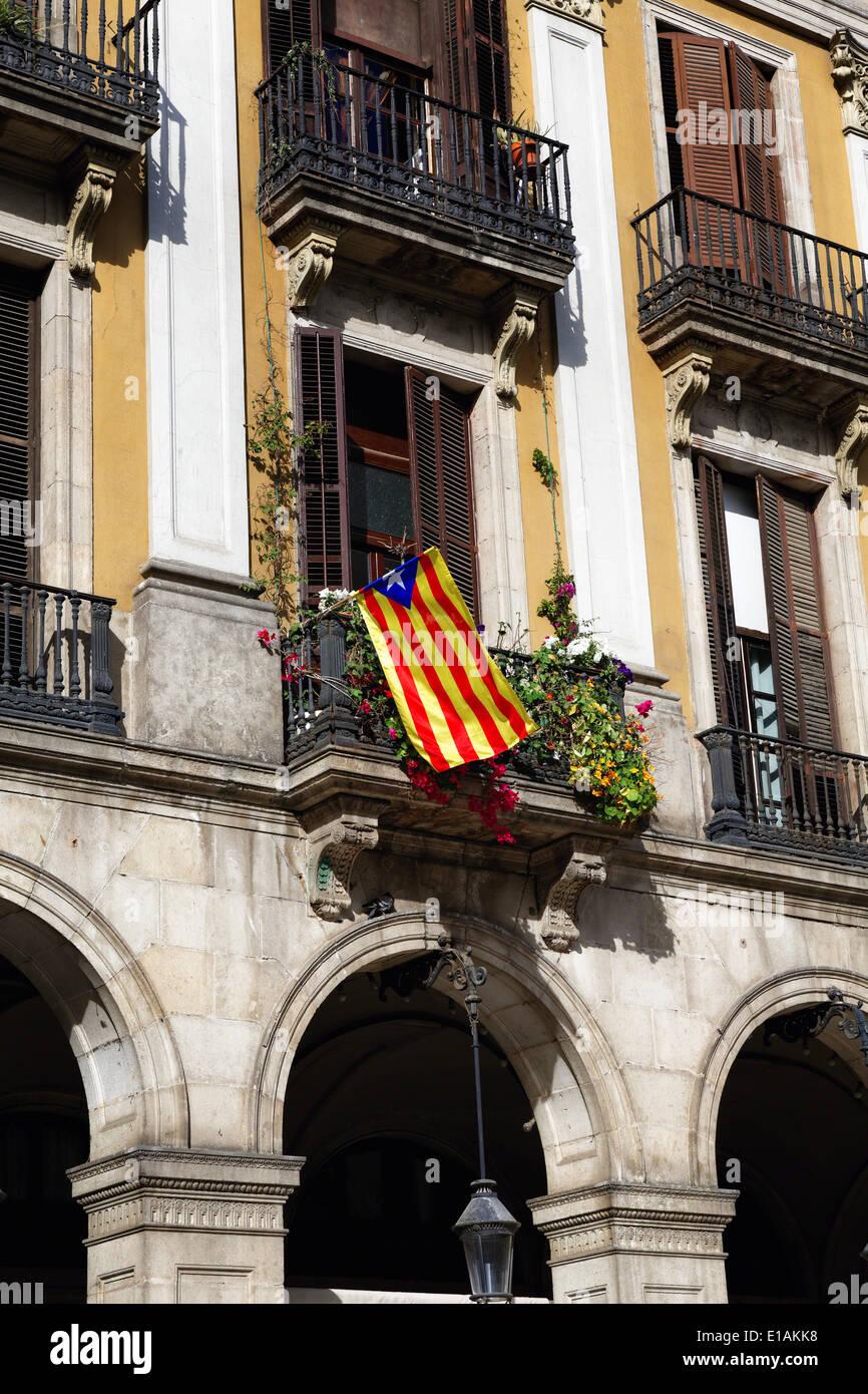 Drapeau de la Catalogne Affiche sur un balcon, Royal Plaza, Barcelone, Catalogne, Espagne Photo Stock
