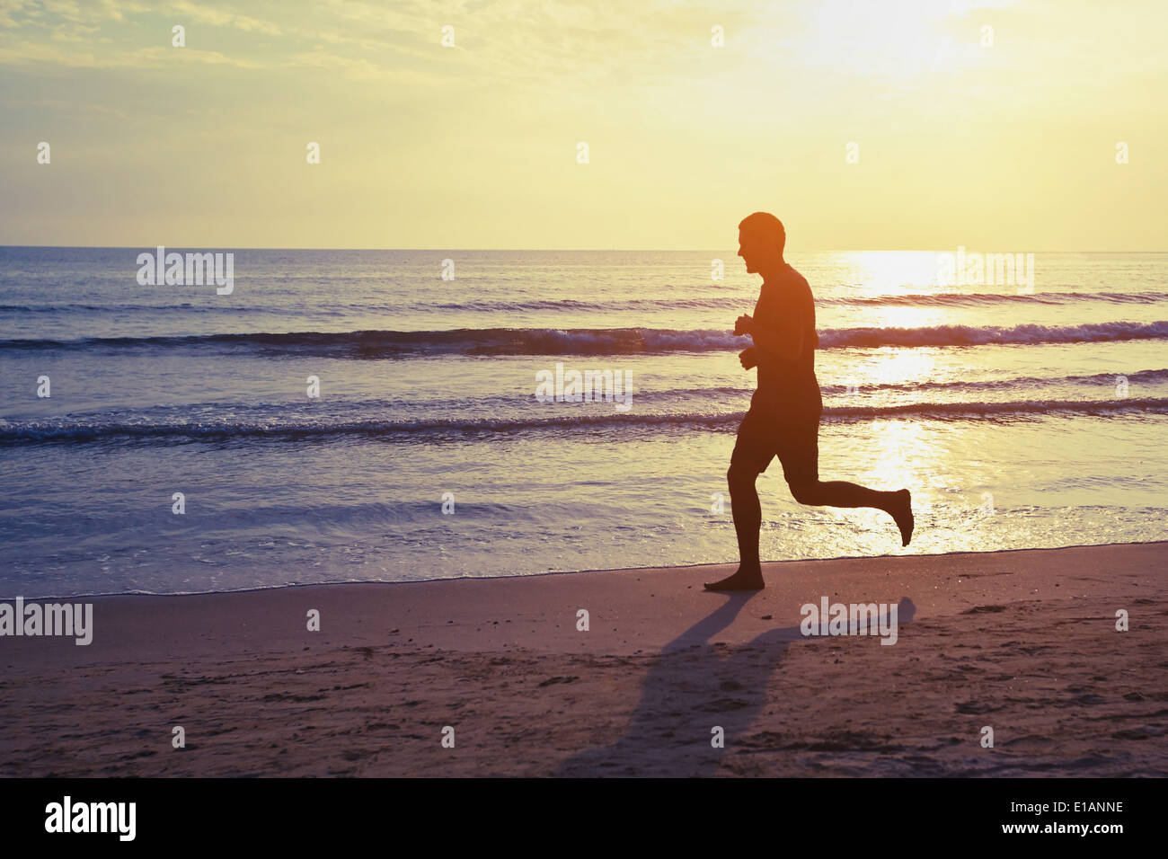 Mode de vie sain, silhouette de runner sur la plage Photo Stock