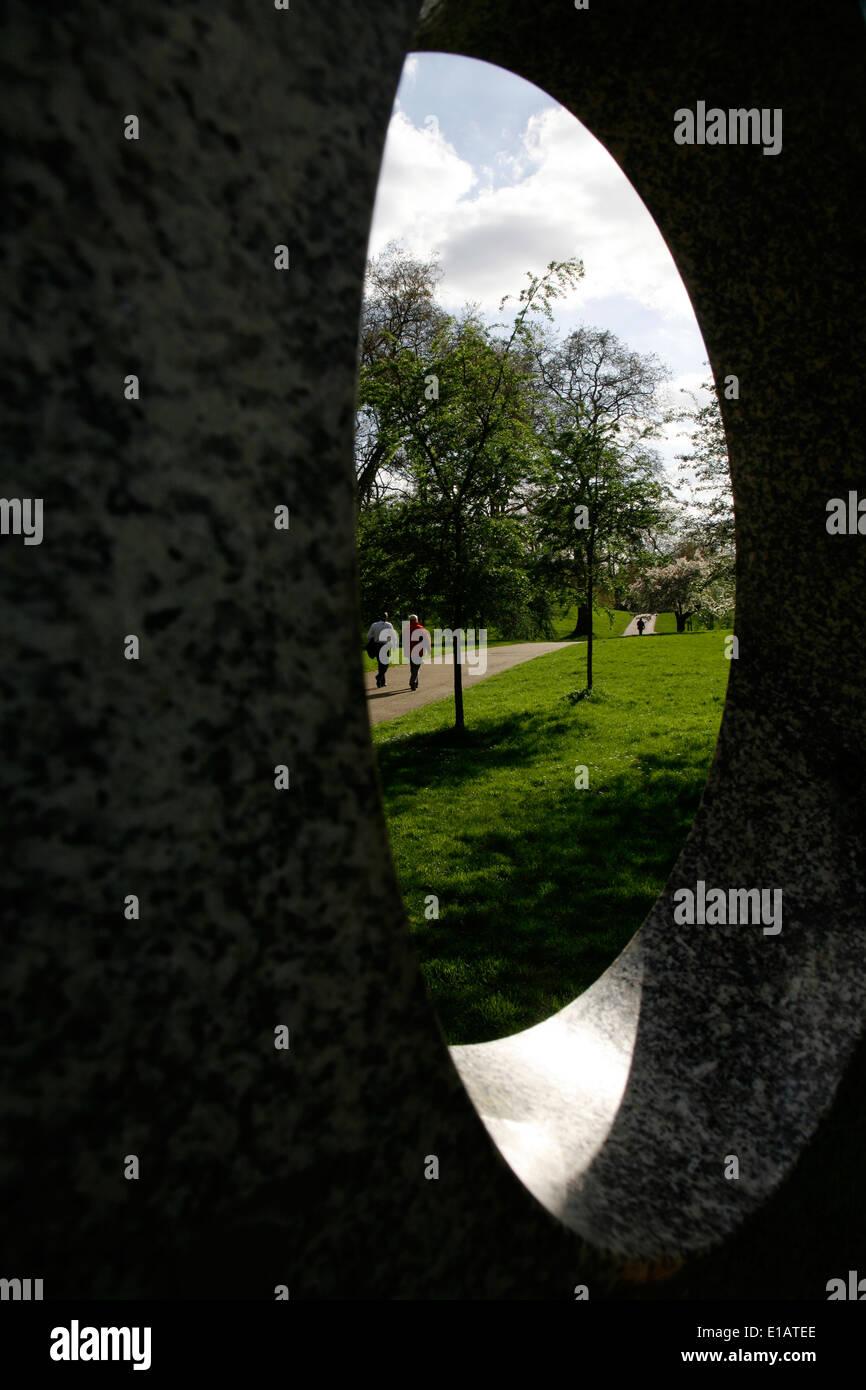 Voir à travers les trous d'Arrosage sculpture dans Green Park, London, UK Photo Stock