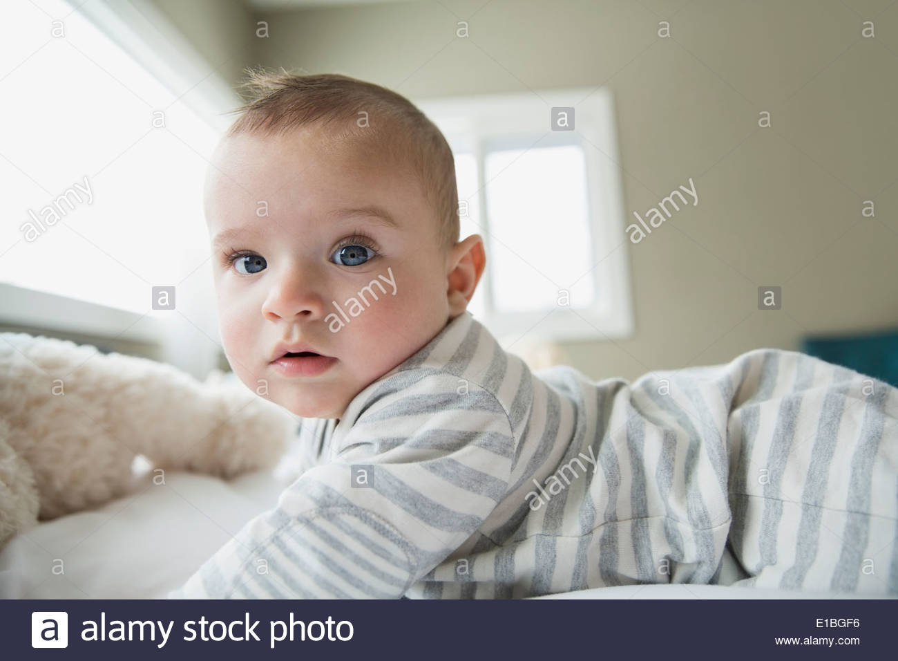Portrait de grave baby on bed Photo Stock