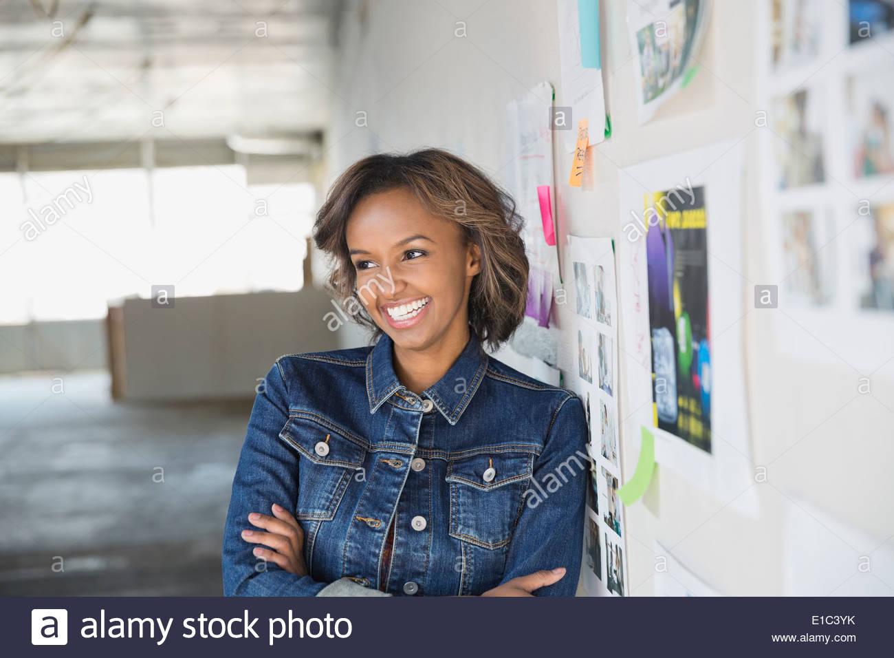 Portrait of smiling businesswoman in nouveau bureau Photo Stock