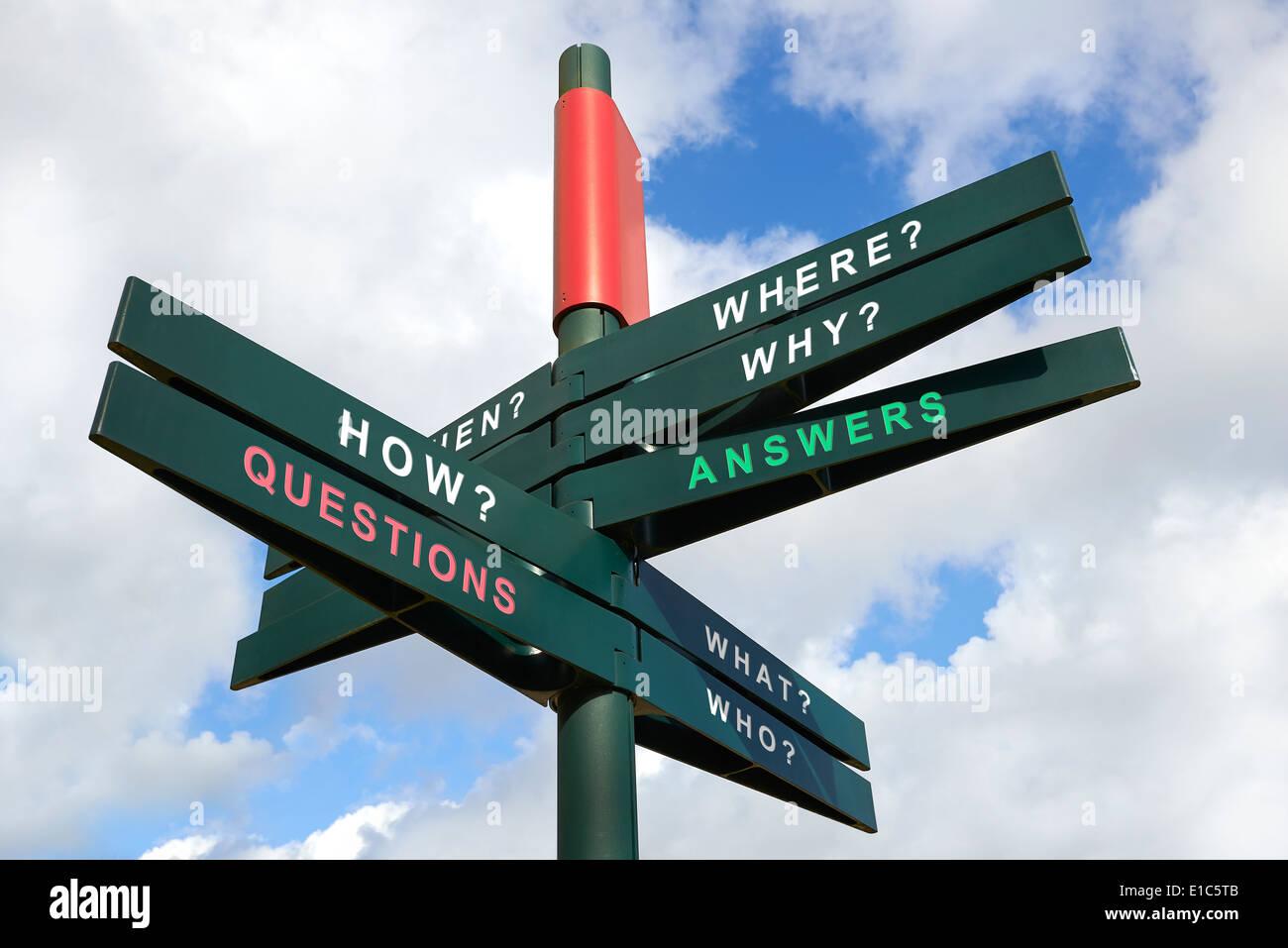 Questions et réponses signpost against cloudy sky - chemin de détourage pour les panneaux isolés Photo Stock