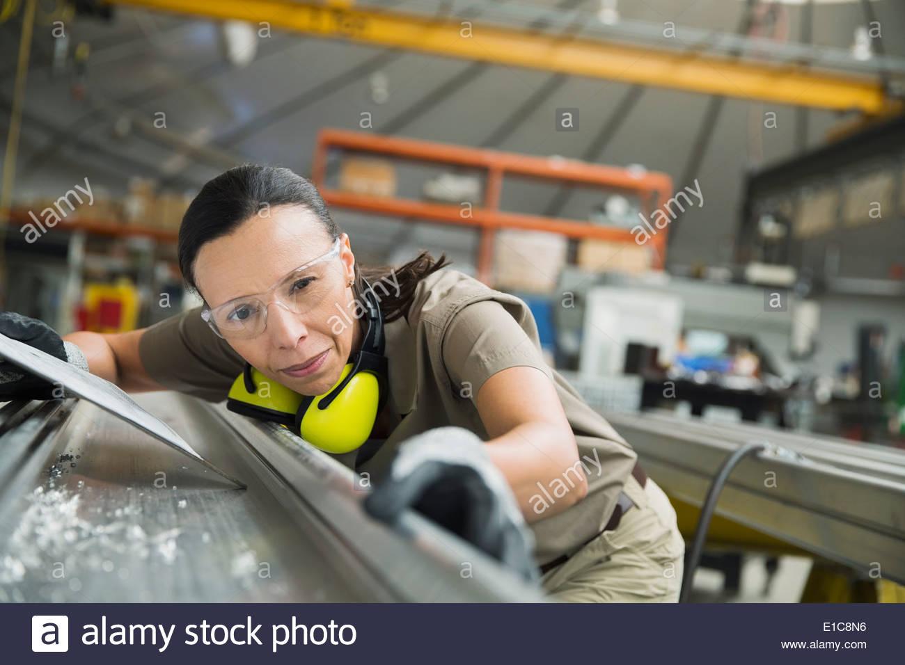 L'examen des travailleurs en usine de fabrication de métal en feuille Photo Stock