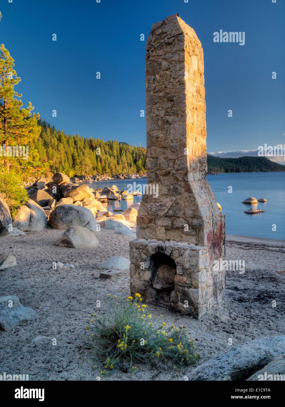Cheminée Cheminée historique à la plage. Lake Tahoe, Nevada Photo Stock