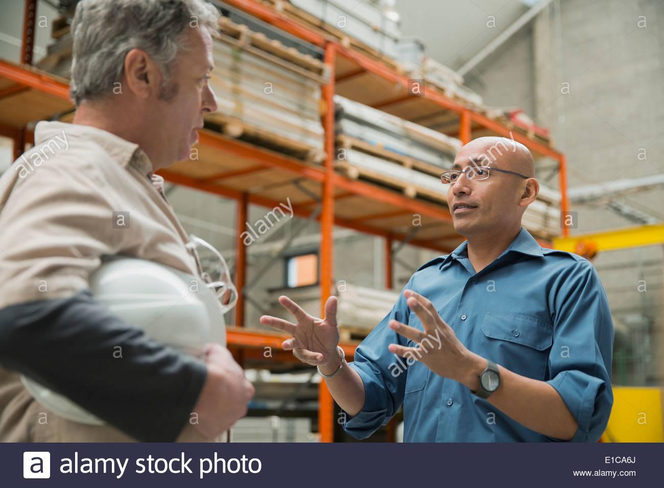Parler des travailleurs en usine Photo Stock