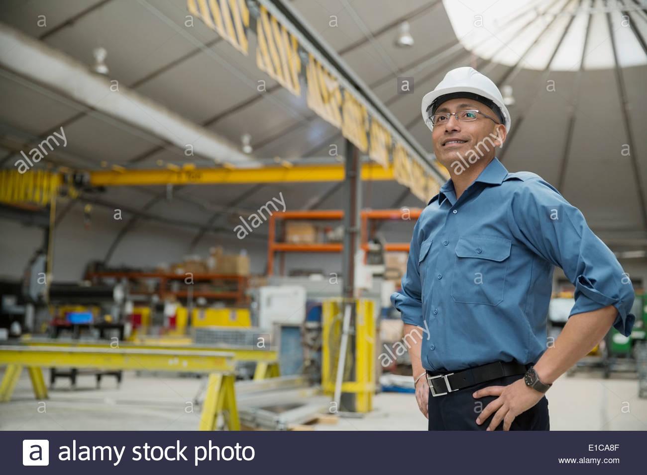 Certains travailleurs en usine de fabrication Photo Stock