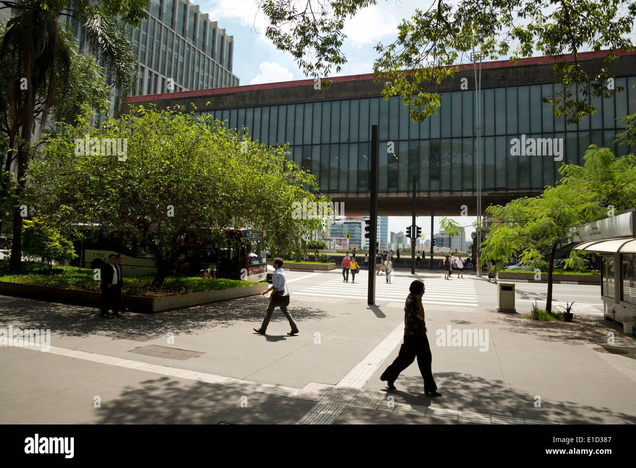 L'Avenida Paulista avec le Musée d'Art de São Paulo derrière Banque D'Images