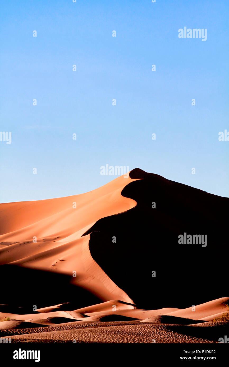 Erg Chebbi dunes de sable dans le désert du Sahara, près de Merzouga, Maroc Photo Stock