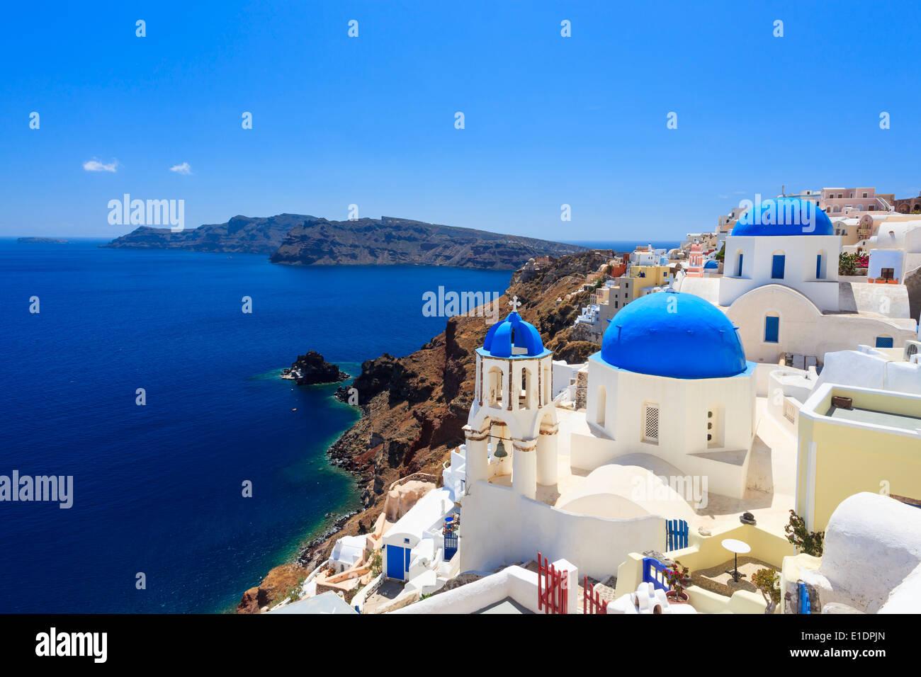Églises au dôme bleu sur la Caldeira à Oia sur l'île grecque de Santorin. Photo Stock