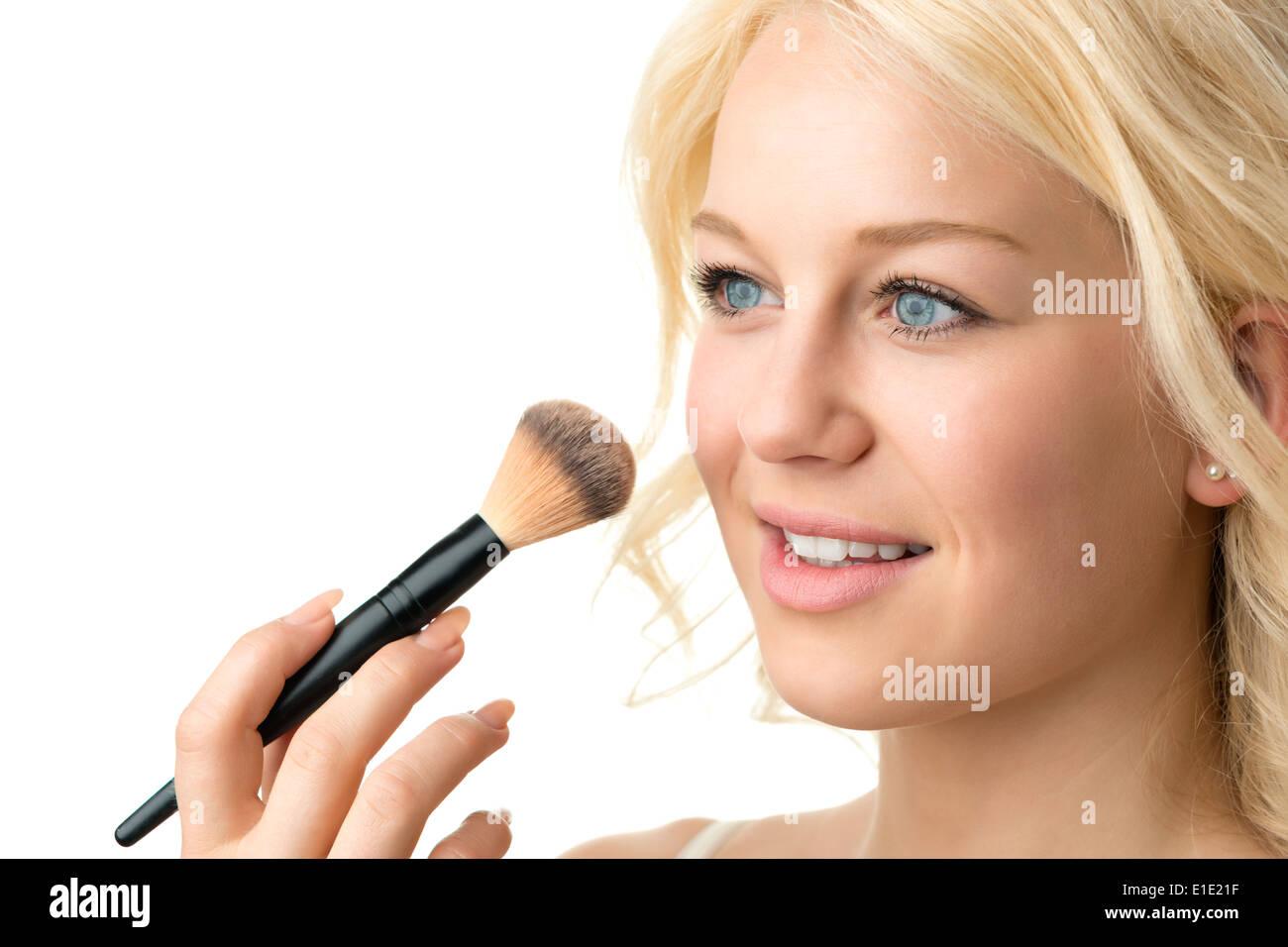 L'application de maquillage gros plan d'une femme blonde Photo Stock