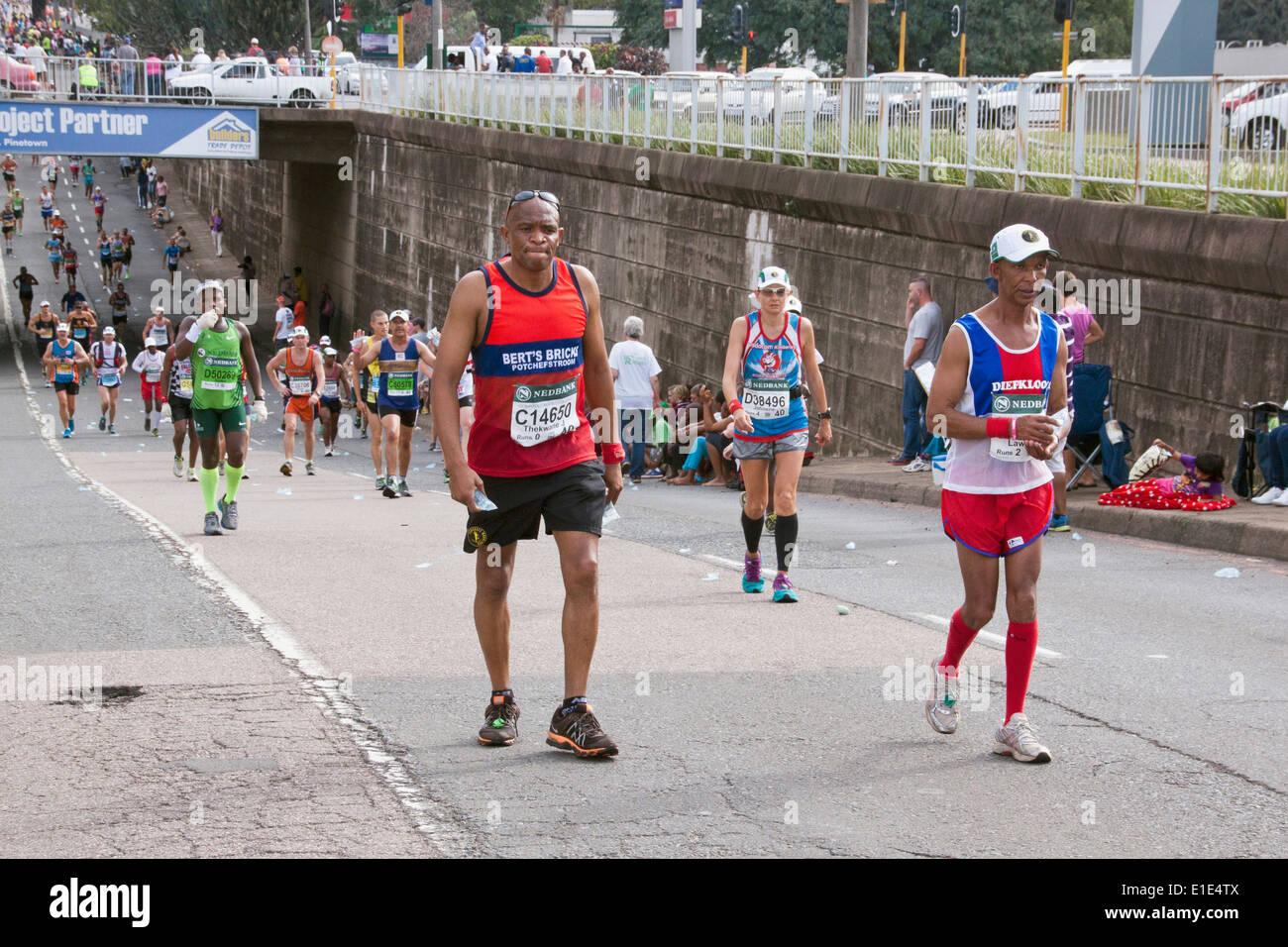 Beaucoup de coureurs en compétition dans les camarades Marathon entre Pietermaritzburg et Durban en Afrique du Sud. Photo Stock