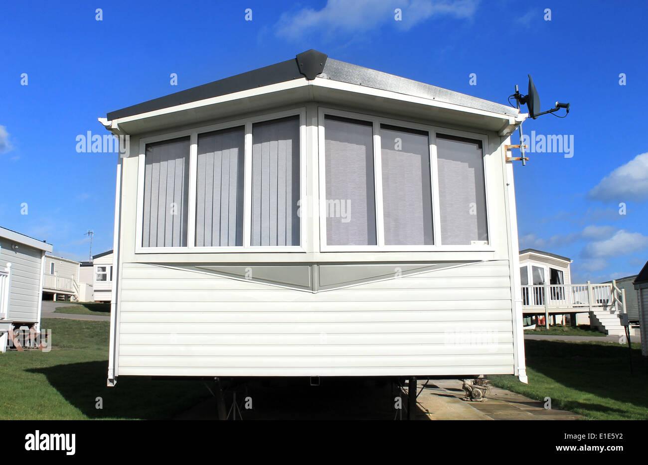 Libre d'une caravane avec une antenne satellite dans trailer park. Banque D'Images