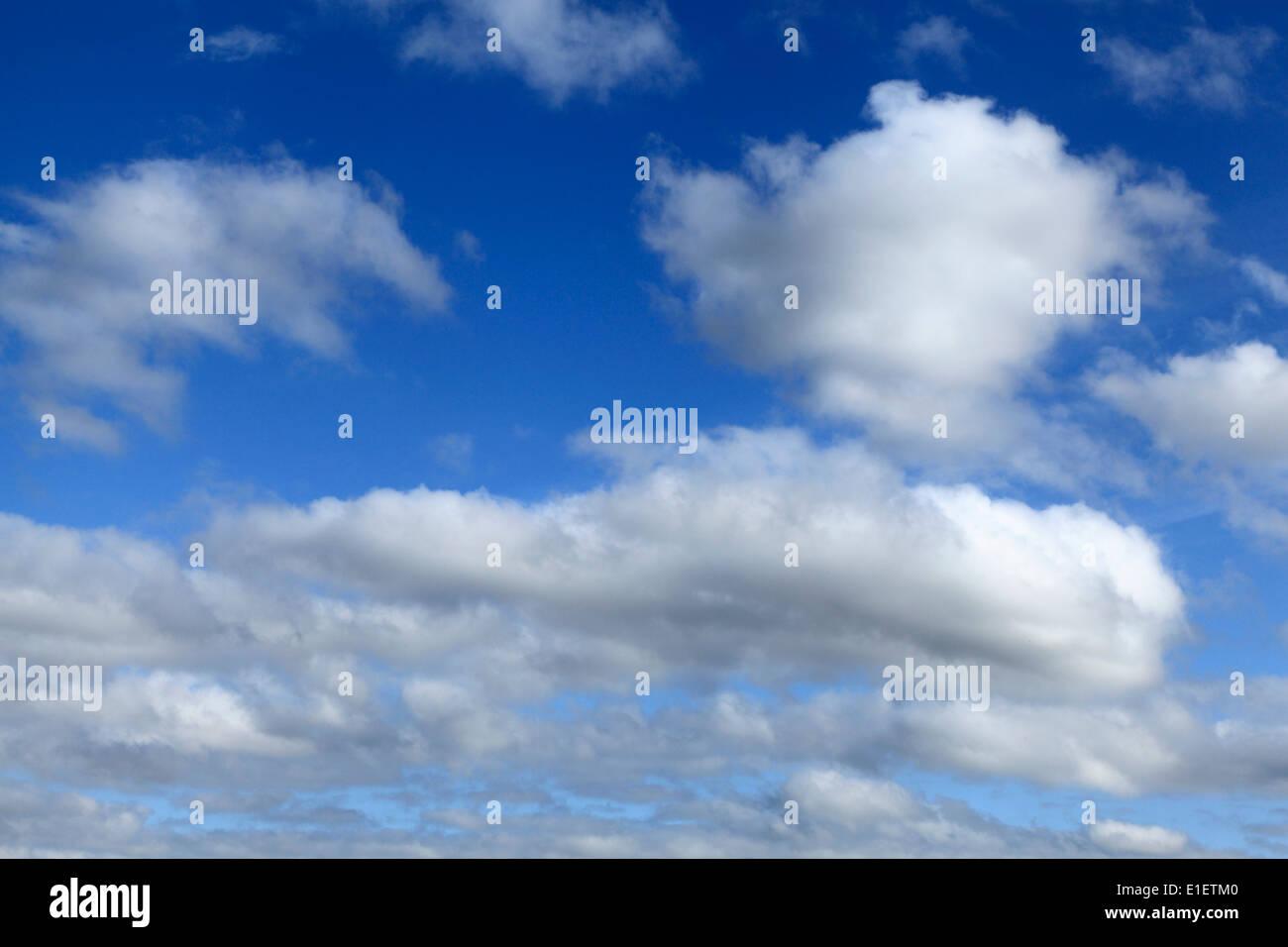 Nuages blancs, ciel bleu ciel nuage UK Photo Stock
