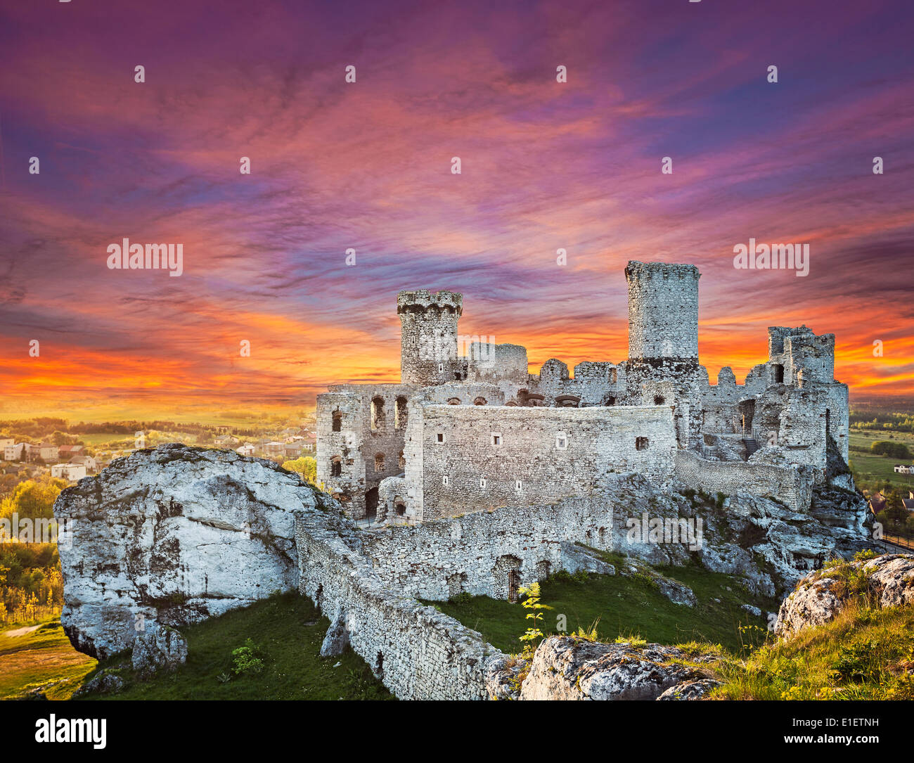 Magnifique coucher de soleil sur le château de Ogrodzieniec, Pologne. Photo Stock