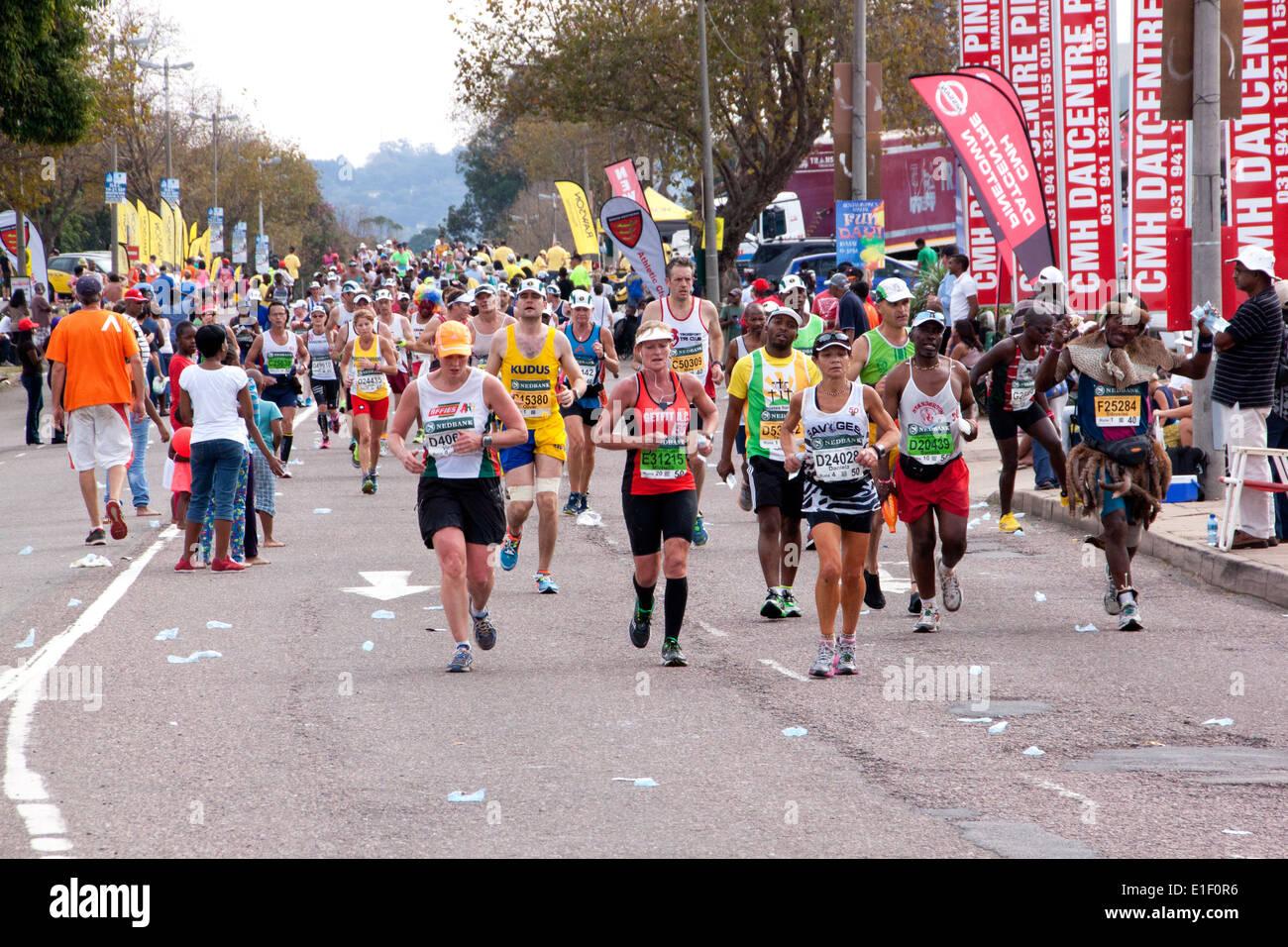 De nombreux concurrents et décorée de façon traditionnelle, runner la concurrence dans l'Ultra Marathon camarades entre Pietermaritzburg et Durban Photo Stock