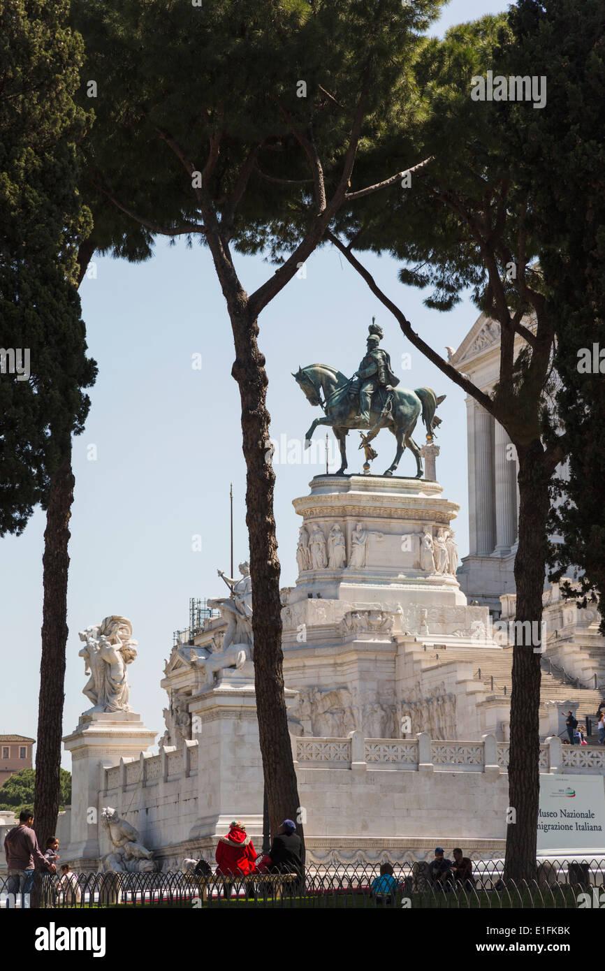 Rome, Italie. Monument de Vittorio Emanuele II, aussi connu sous le Vittoriano. Statue équestre de Vittorio Emanuele II. Photo Stock