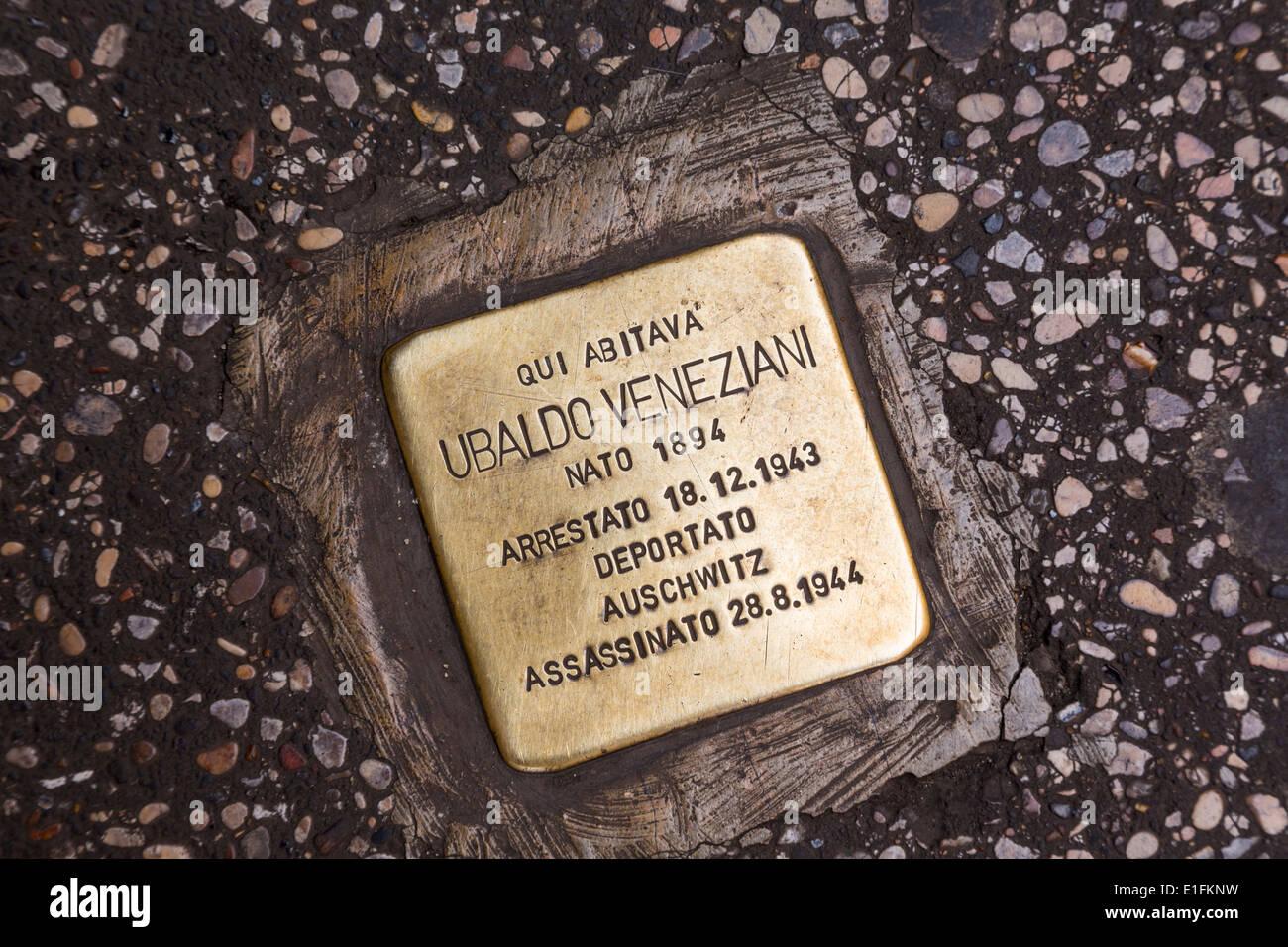 Rome, Italie. Jeu de plaque en chemin sur la Via del Babuino en mémoire d'une victime de l'Holocauste. Photo Stock