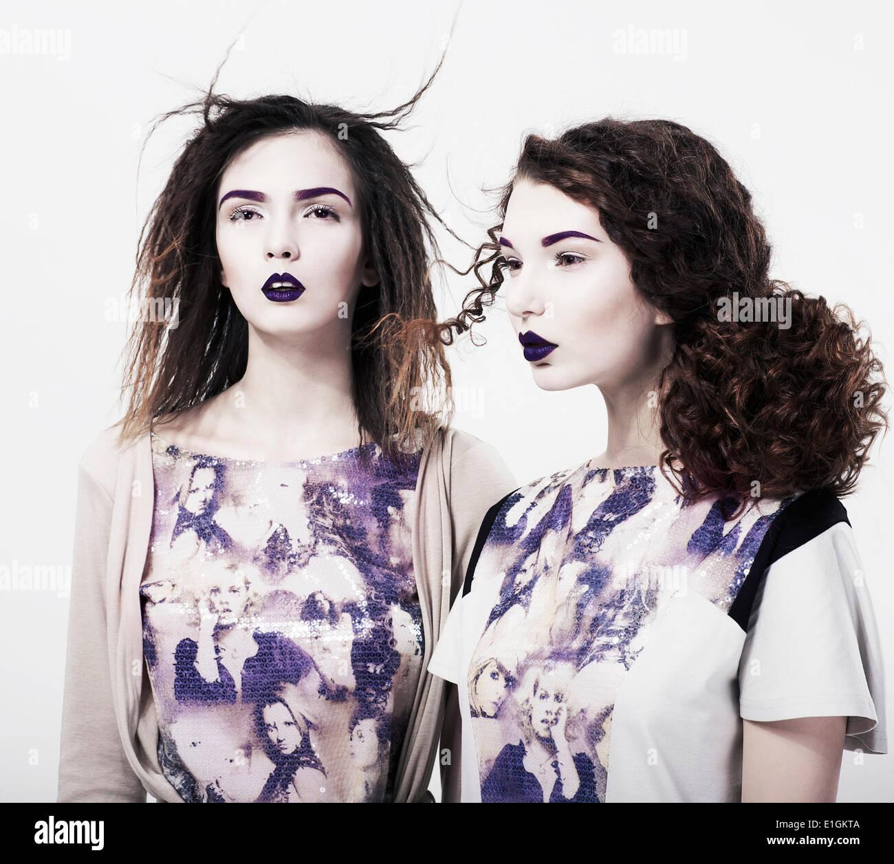 De l'individualité. Emo. Les femmes modernes glamour. Maquillage de couleurs vives à la mode Photo Stock