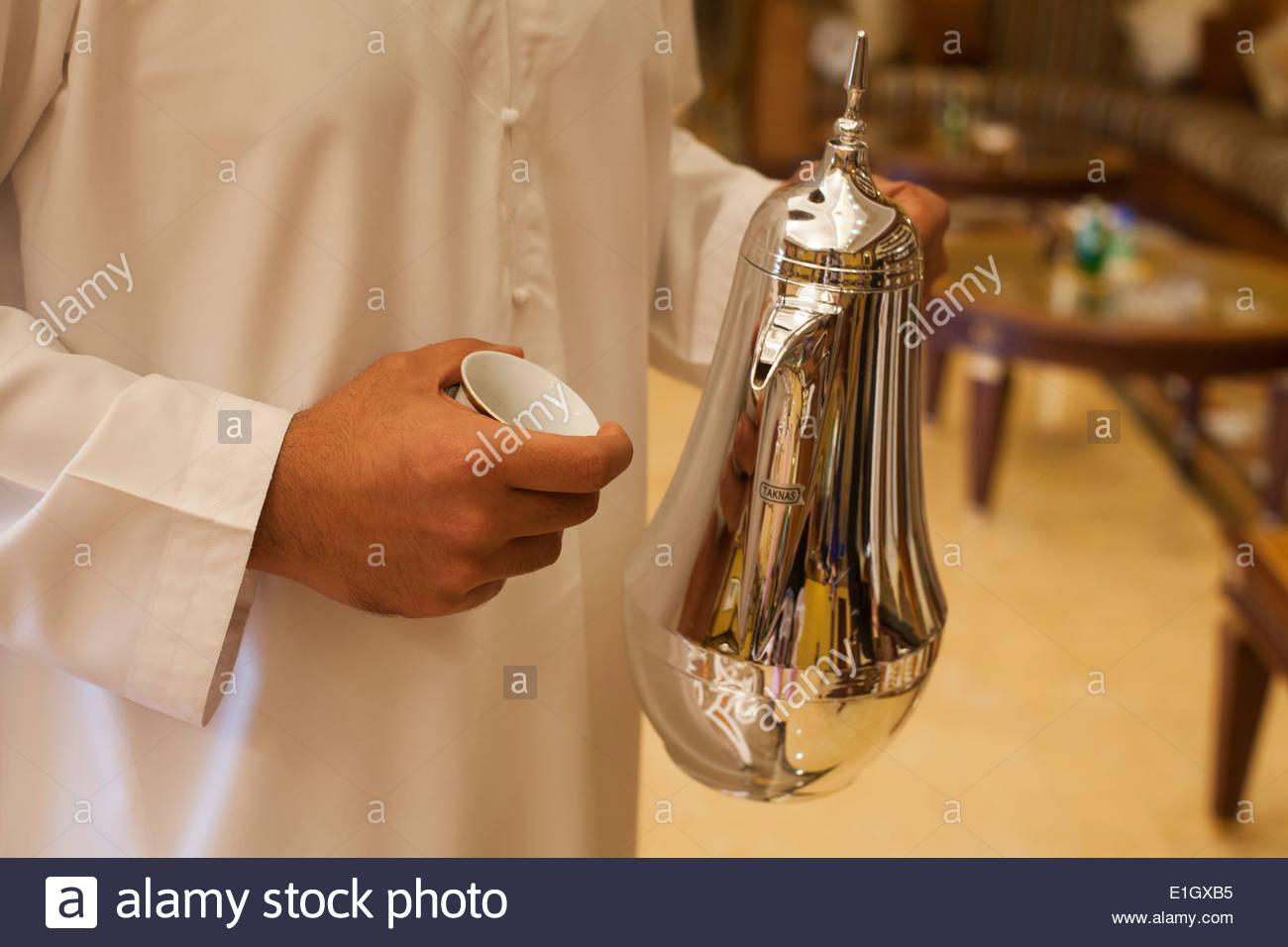 La tenue d'une cafetière d'argent arabe Photo Stock