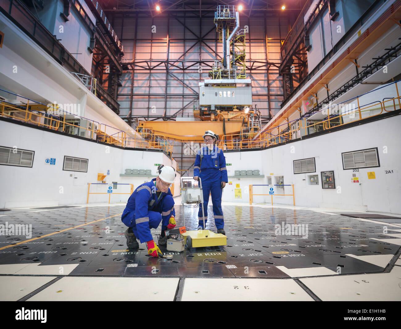 Les ingénieurs utilisant des capteurs sur la pile centrale nucléaire de Photo Stock