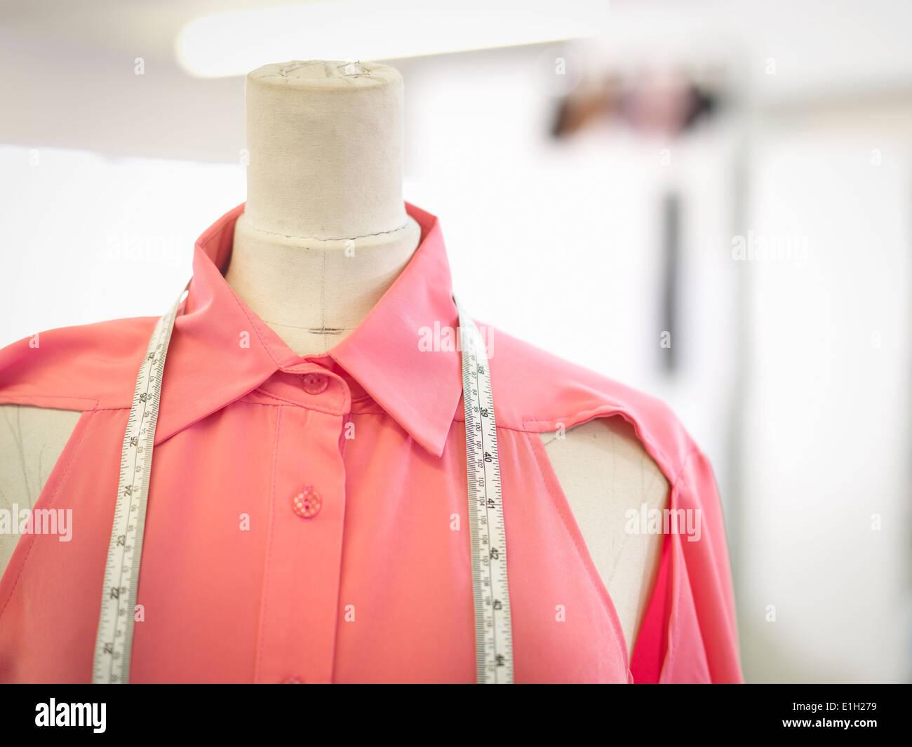 Ruban à mesurer sur le vêtement en fashion design studio, Close up Photo Stock