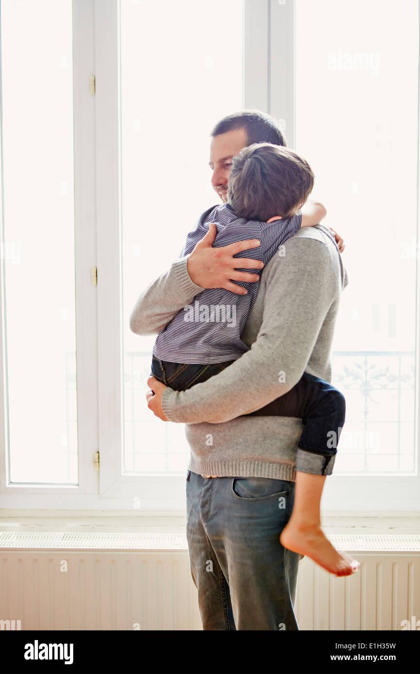 Montrer de l'affection à père garçon Photo Stock