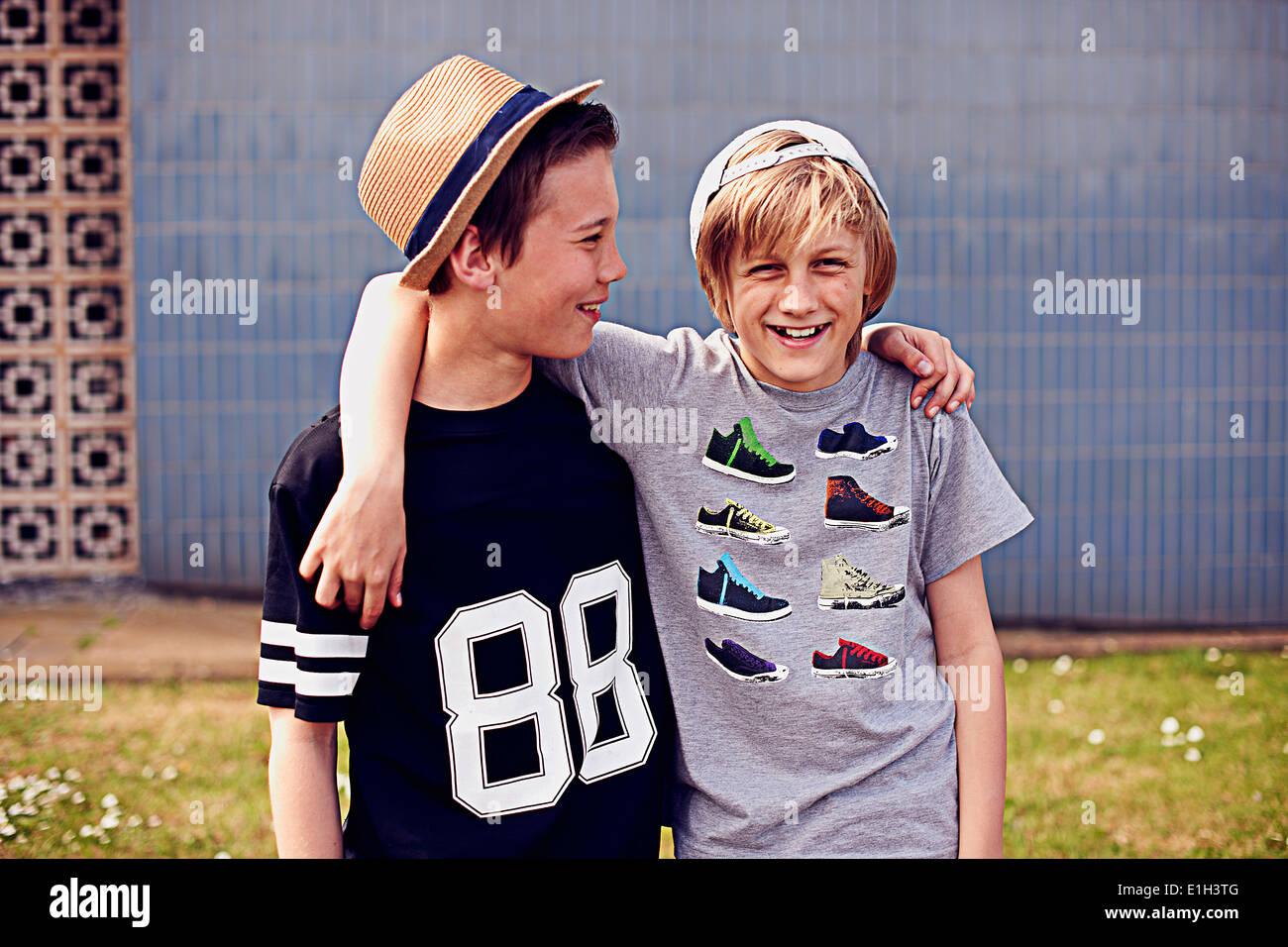 Deux garçons avec des bras autour de l'autre, portrait Photo Stock