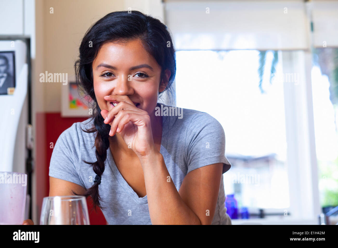 Young woman in kitchen Banque D'Images