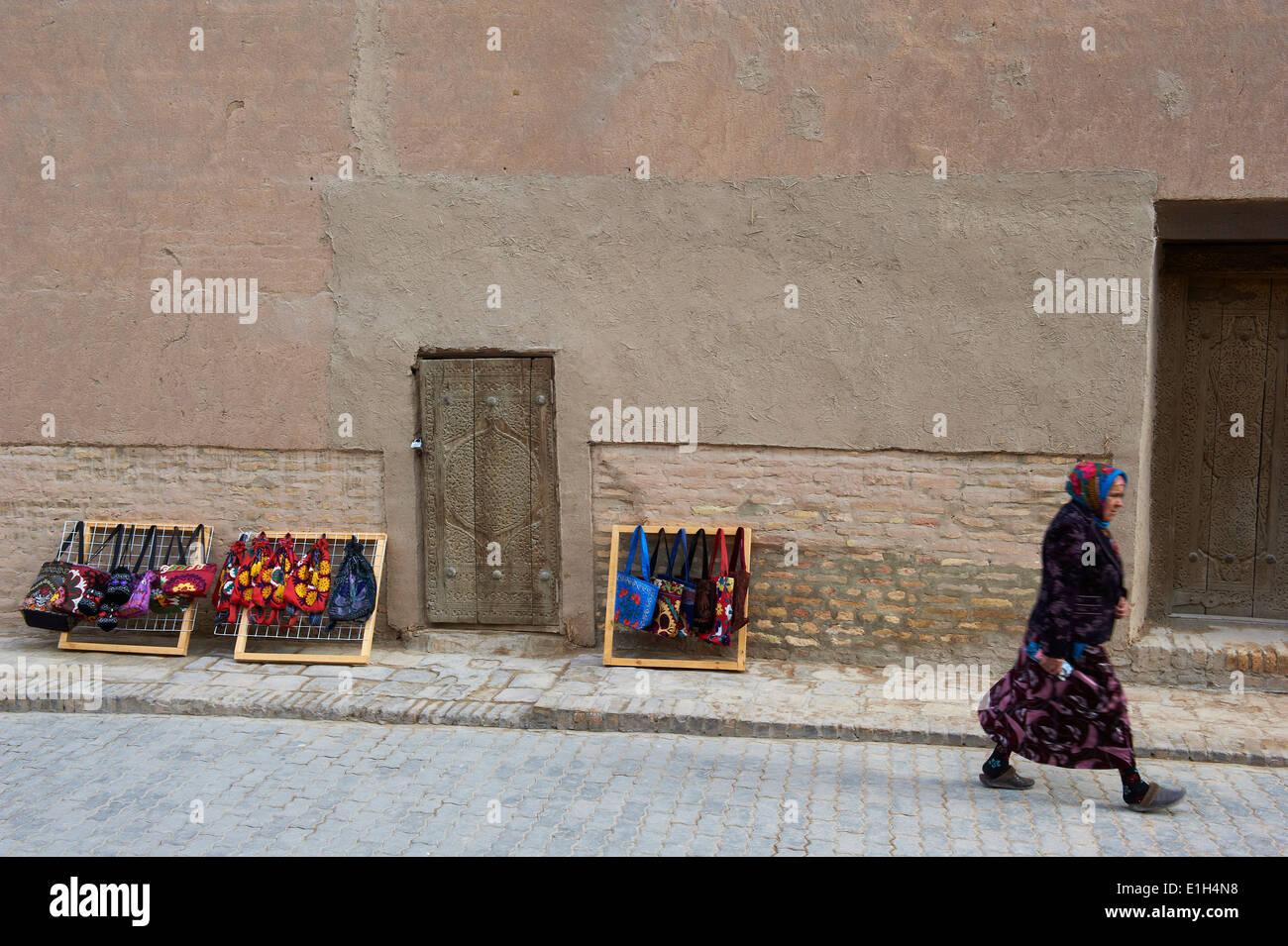 L'Ouzbékistan, Khiva, Patrimoine Mondial de l'UNESCO, de l'artisanat pour les touristes Photo Stock