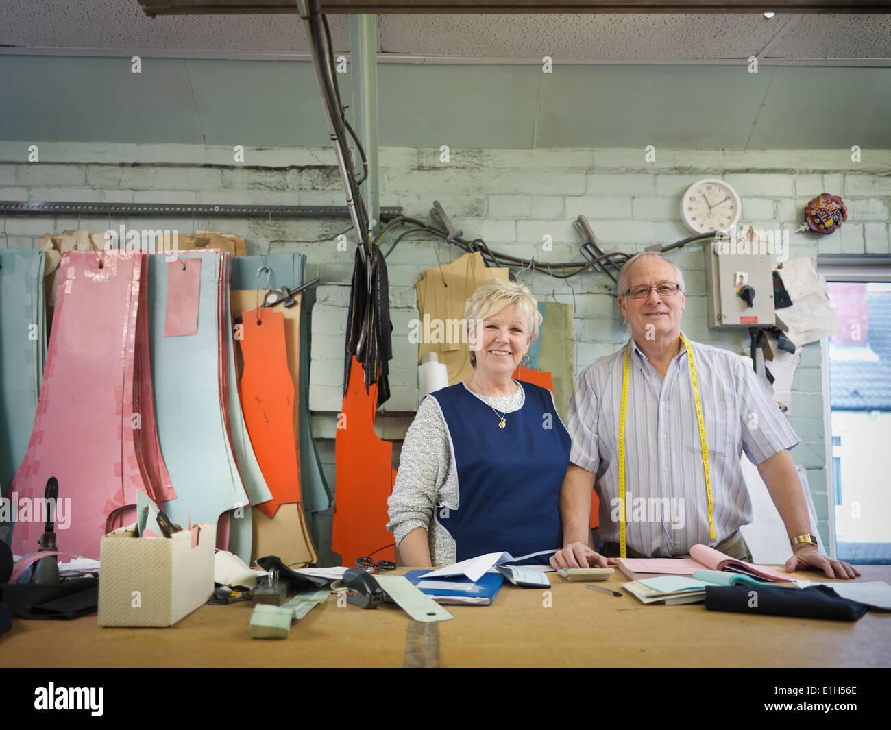 Mari et femme propriétaire d'usine de confection, portrait Photo Stock