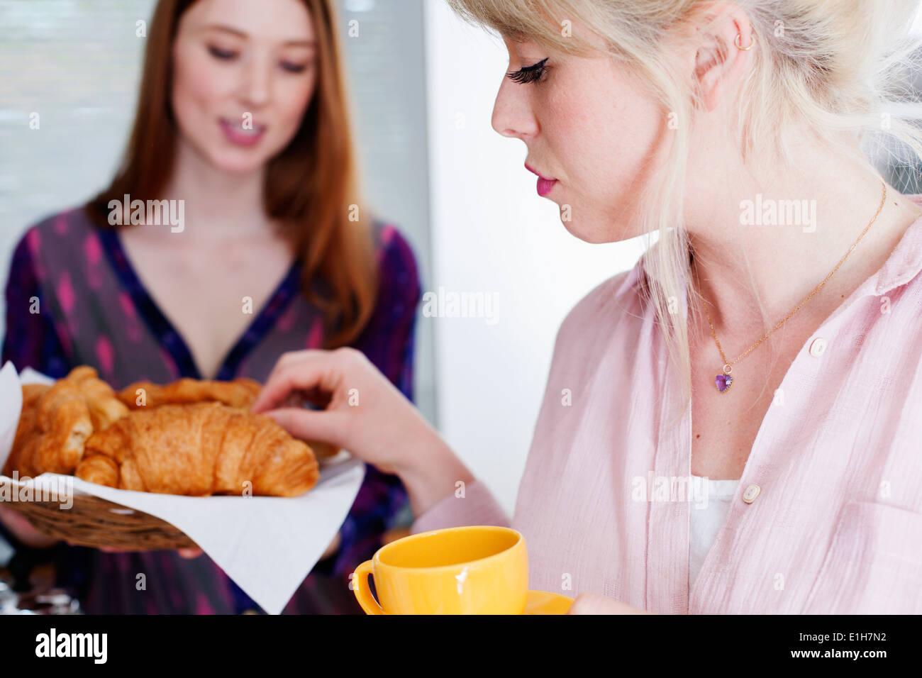 Les jeunes femmes avec des croissants Photo Stock
