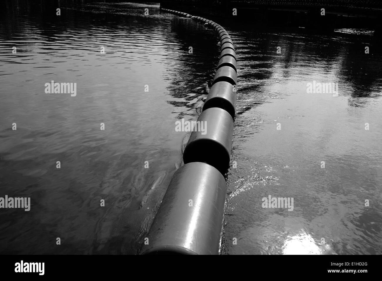 Blocus flottant sur une rivière Photo Stock